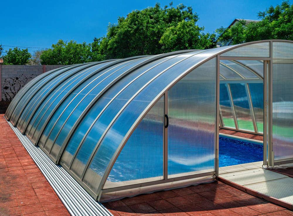 Vestir la piscina con una cubierta funcional y de diseño